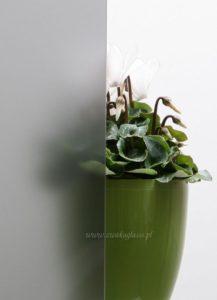 ANTHRAZITFARBENES GLAS MIT SANDSTRAHLEN BEARBEITET
